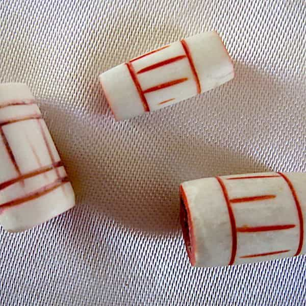 Perle Cylindre Os Blanc Traits Rouge 1x2cm 2