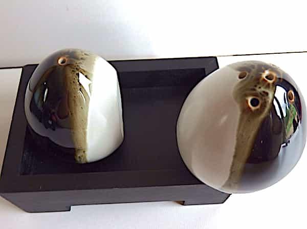 Salière Poivrière œufs Céramiques Blancs & Noirs Sur Plateau Bois Noir 1
