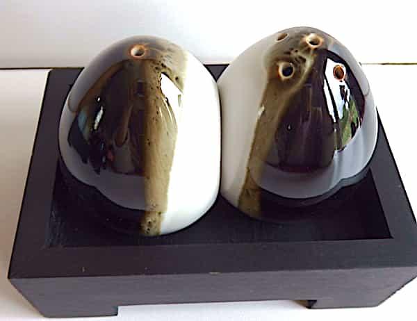 Salière Poivrière œufs Céramiques Blancs & Noirs Sur Plateau Bois Noir 2