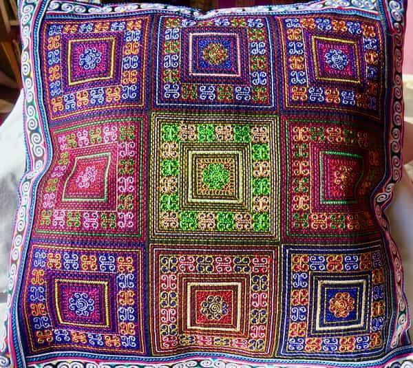 housse coussin coton 43x43 brodé en carrés couleurs multiples