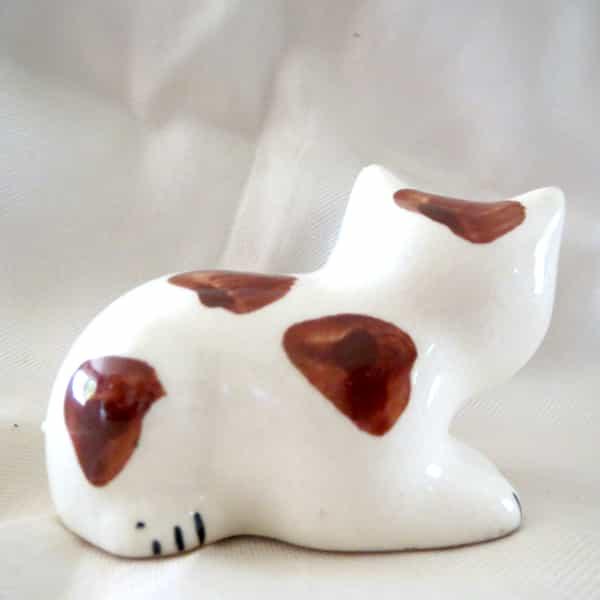 chat céramique couché blanc tacheté l.8cm (1)