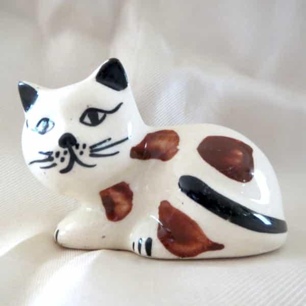 chat céramique couché blanc tacheté l.8cm