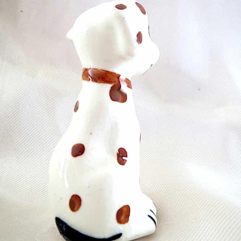 chien céramique assis blanc tâches marron h.7cm (1)