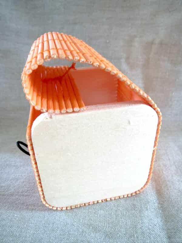 boîte carré en bois couvercle orange s'ouvre en rideau 1
