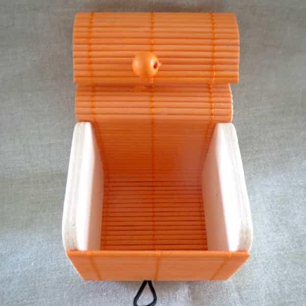 boîte carré en bois couvercle orange s'ouvre en rideau