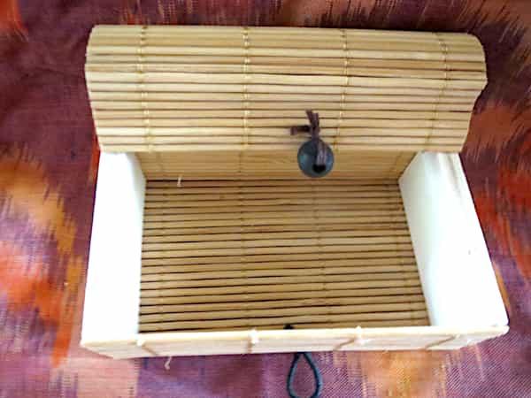 boîte rectangulaire bois couvercle beige s'ouvre en rideau 1