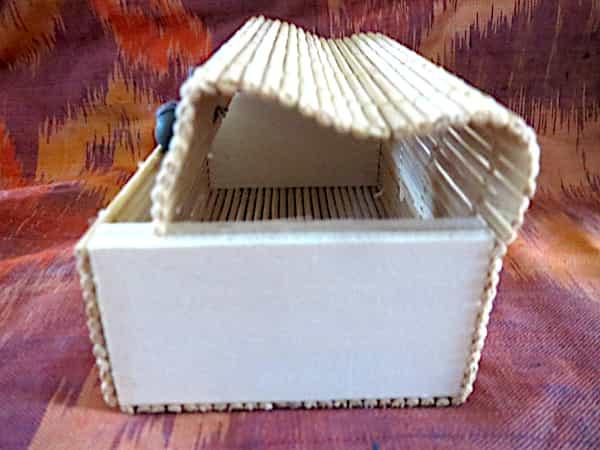 boîte rectangulaire bois couvercle beige s'ouvre en rideau