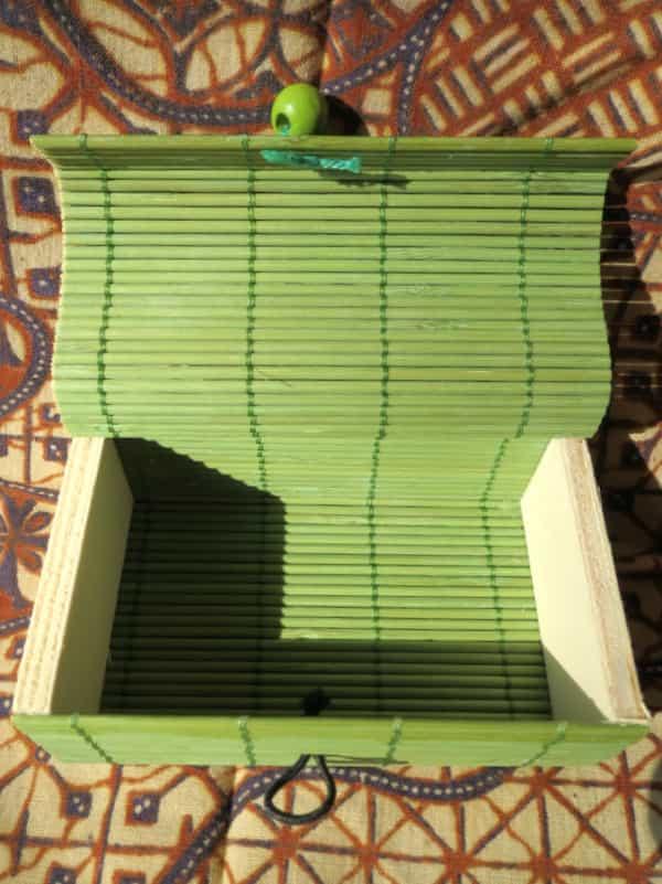 boîte rectangulaire en bois couvercle vert s'ouvre en rideau 1