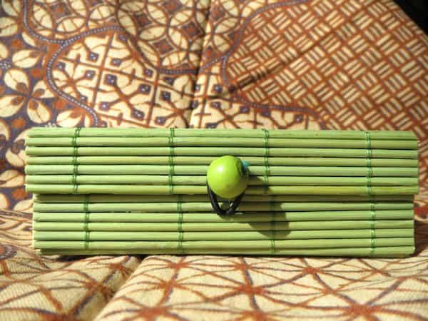 boîte rectangulaire en bois couvercle vert s'ouvre en rideau