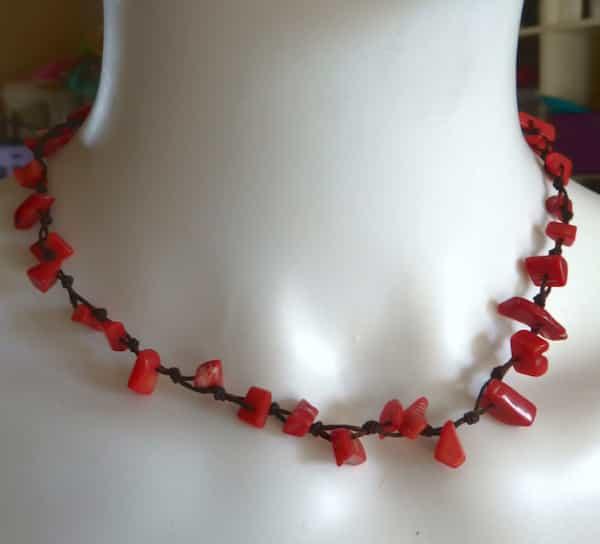 collier corail en éclats rouge ras du cou 20 cm