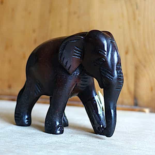 éléphant résine marron marchant avec défenses h.8cm