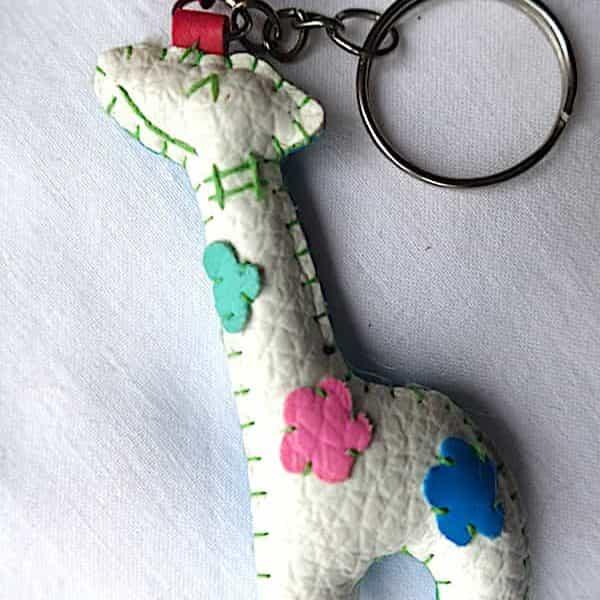 Girafe Rembourrée Blanche Fleurie Et Bleu En Porte Clé