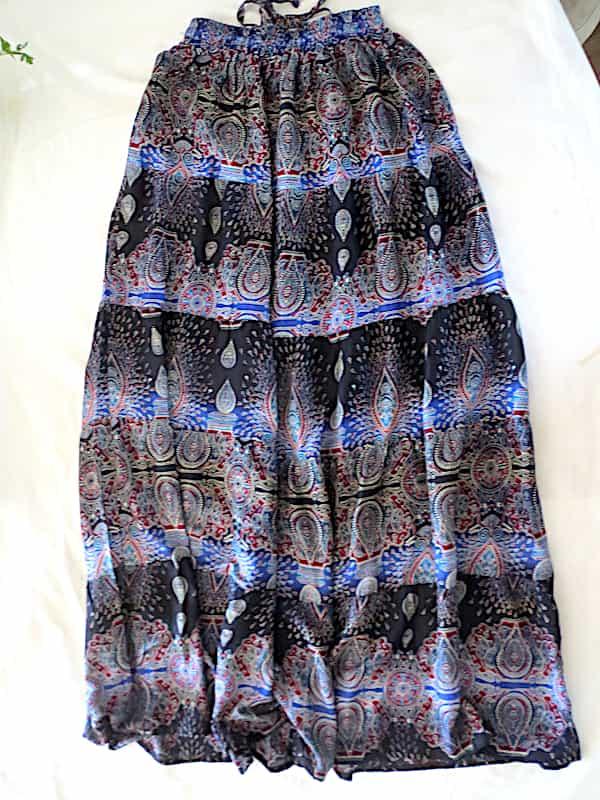 jupe mi longue noire et fleurs bleues