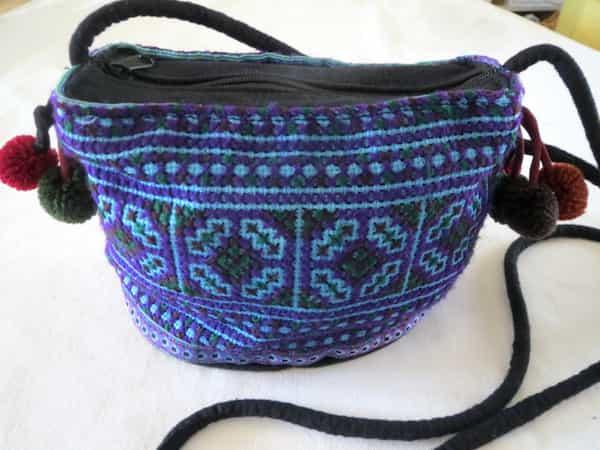sac bleu brodé et pompons 20x13x10 artisanat thaï