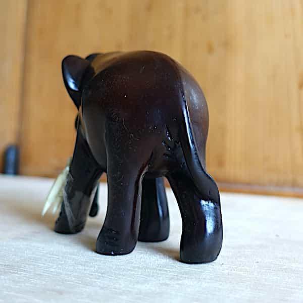 arrière éléphant résine marron marchant avec défenses h.8cm