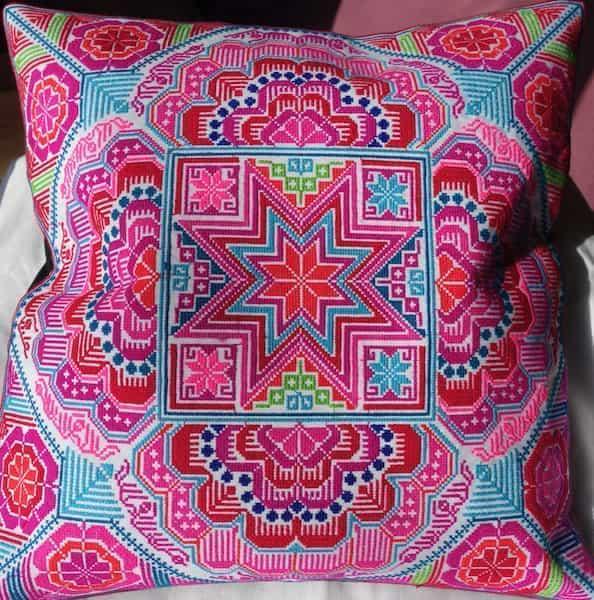 housse coussin coton brodée dessins roses 40x40