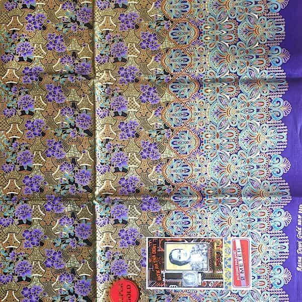 batik coton fond or fleurs mauves et turquoises 200x111 détail