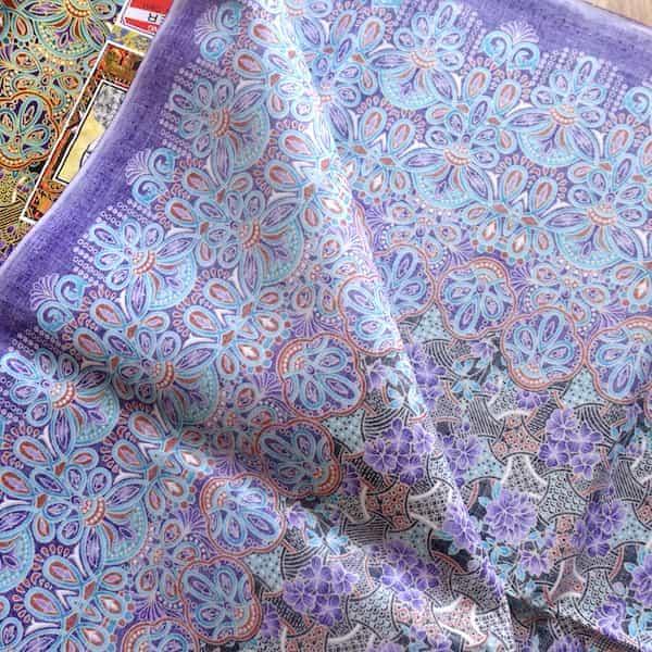 batik coton fond or fleurs mauves et turquoises 200x111 envers