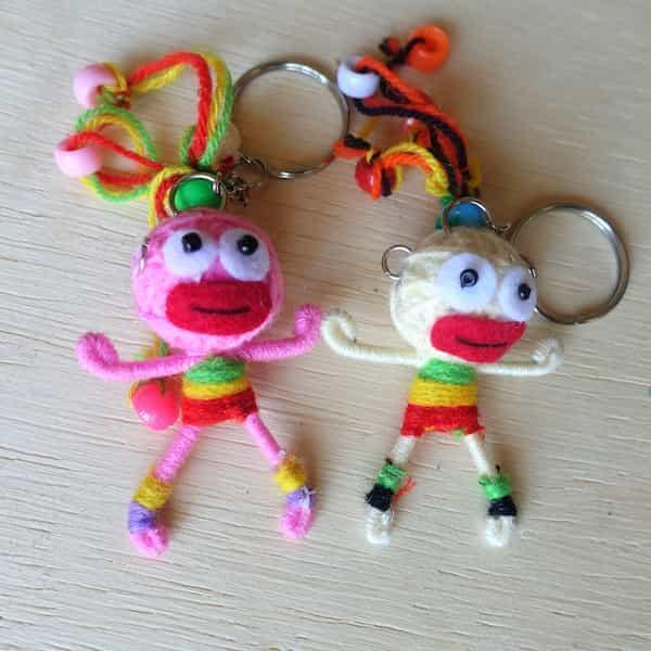 porte clés fille en laine couleurs structure métal