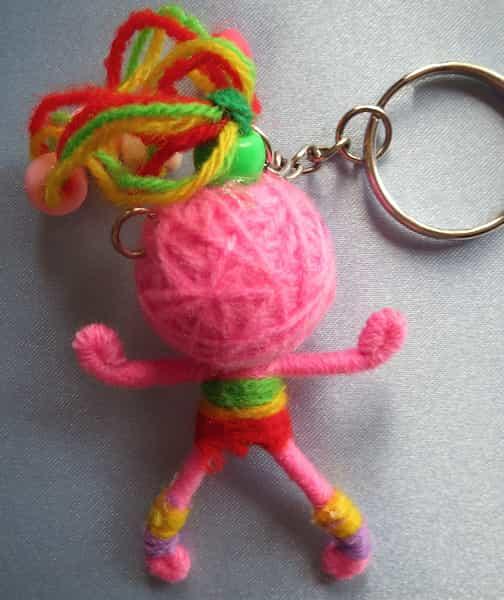 porte clés fille en laine rose structure métal dos