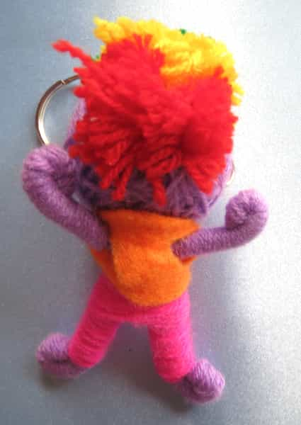 porte clés garçon en laine mauve structure métal dos