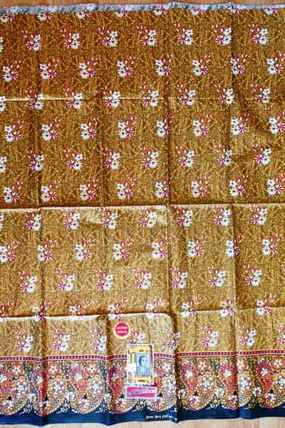 batik coton fond et feuilles or fleurs rouges blanches 200x111 1