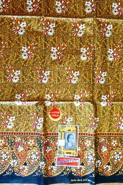 batik coton fond et feuilles or fleurs rouges blanches 200x111