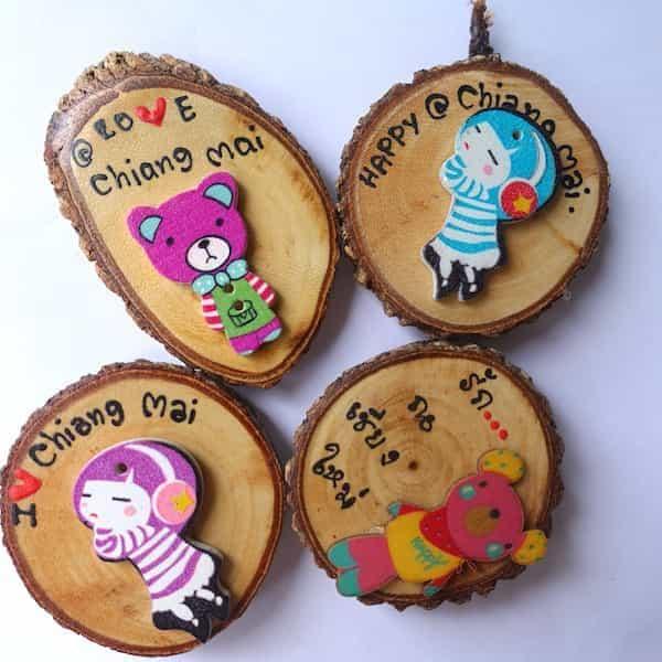 aimants frigo tranche bois décorée de figurines couleurs 1