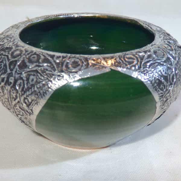 cendrier vert céramique et métal d.13 cm défaut