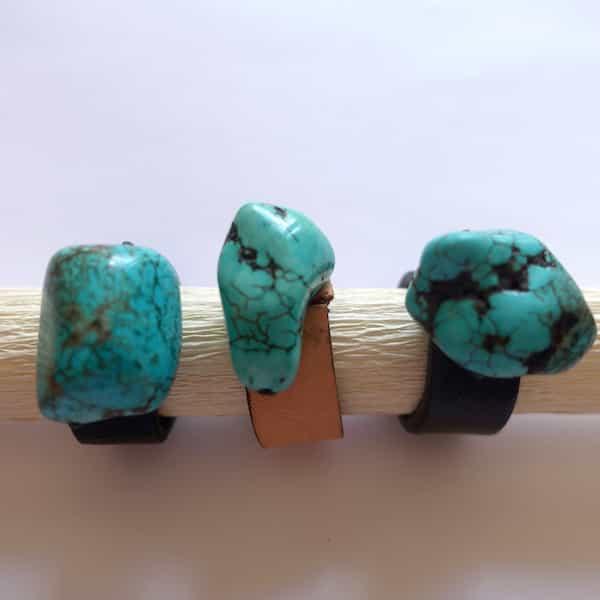 choix de trois bagues pierres turquoises sur cuir